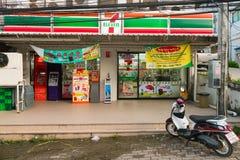 Krabi 7/11 shoppar framdelen med ATM-maskiner Royaltyfri Fotografi