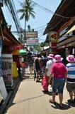 KRABI, TAILÂNDIA - 14 DE ABRIL DE 2014: Os touris pequenos da visita do turista Fotos de Stock