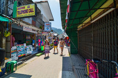 KRABI, TAILÂNDIA - 14 DE ABRIL DE 2014: Os touris pequenos da visita do turista Fotos de Stock Royalty Free