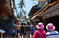 KRABI, TAILÂNDIA - 14 DE ABRIL DE 2014: A vila turística pequena da visita do turista na ilha de Phi Phi Fotos de Stock