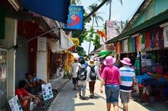 Krabi, Tailândia - 14 de abril de 2014: A vila turística pequena da visita do turista na ilha de Phi Phi Imagens de Stock Royalty Free