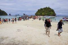 KRABI TAILÂNDIA 16 DE ABRIL: visitante não identificado que anda na praia da areia do koh Moh Koh Tub e Koh Kai despercebido do so imagem de stock royalty free