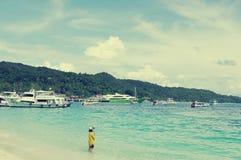 KRABI, TAILÂNDIA - 27 DE OUTUBRO DE 2013: na costa da ilha de Phi Phi Don Fotografia de Stock