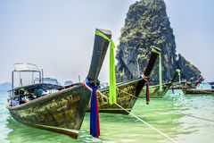 Krabi, Tailândia, o 11 de março de 2016: Barcos na praia em Krabi, sobre Fotos de Stock