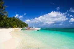 Krabi Tailândia Outubro 2010 Lanchas na praia branca da areia de Imagens de Stock Royalty Free
