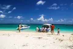 Krabi Tailândia Outubro 2010 Os turistas empreendem barcos na praia Imagens de Stock