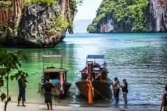 Krabi Tailândia Outubro 2010 Os turistas empreendem barcos na praia o Fotografia de Stock Royalty Free