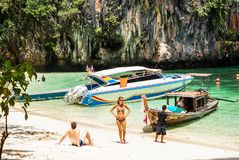Krabi Tailândia Outubro 2010 Turistas que descansam no surro da praia Imagem de Stock
