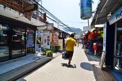 Krabi, Tailandia - 14 de abril de 2014: El pequeño pueblo turístico de la visita turística en la isla de Phi Phi Fotografía de archivo libre de regalías