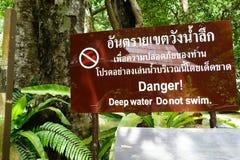 Krabi, Tailandia - 18 de julio de 2016: Etiqueta de advertencia - peligro Wat profundo Imágenes de archivo libres de regalías