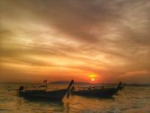 Krabi Tailandia de la playa del aonang del paisaje marino de la puesta del sol Imágenes de archivo libres de regalías