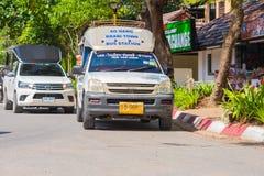 KRABI, TAILANDIA - 12 maggio 2016: Il taxi pubblico della navetta turistica ha parcheggiato sulla carreggiata pubblica lungo la s Fotografia Stock Libera da Diritti