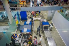 KRABI TAJLANDIA, LUTY, - 02, 2018: Nad widok segurity teren sprawdzać luggages i ludzi wśrodku śmiertelnie sala wewnątrz Obrazy Royalty Free