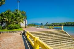 KRABI TAJLANDIA, LUTY, - 19, 2018: Plenerowy widok footpath między drogą i rzeką w Krabi miasteczku, Tajlandia miejscowy Zdjęcia Royalty Free