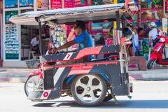 KRABI, TAJLANDIA - 12 2016 Maj: Turystycznego wahadłowa jawny taxi parkujący na jawnej jezdni wzdłuż plaży w Ao Nang miasteczku Zdjęcia Stock