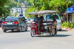 KRABI, TAJLANDIA - 12 2016 Maj: Turystycznego wahadłowa jawny taxi parkujący na jawnej jezdni wzdłuż plaży w Ao Nang miasteczku Zdjęcie Royalty Free