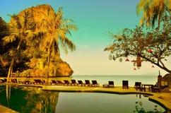 KRABI TAJLANDIA, MARZEC, - 21: Światło słoneczne widok od kurortu basenu na Railay plaży Marzec 21, 2015 Krabi Zdjęcie Royalty Free