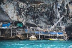 Krabi Tajlandia - mogą 22, 2016: Viking jama dokąd ptaków gniazdeczka zbierają Phi Leh wyspa w Krabi, majowie, wyspa, Th Zdjęcie Royalty Free