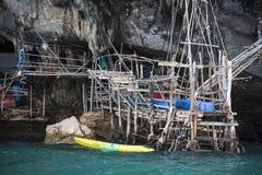 Krabi Tajlandia - mogą 22, 2016: Viking jama dokąd ptaków gniazdeczka zbierają Phi Leh wyspa w Krabi, majowie, wyspa, Th Obraz Stock