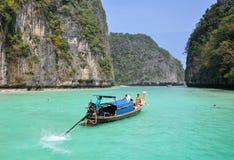 KRABI, THAÏLANDE - 27 décembre 2012 bateau en bois thaïlandais traditionnel de longtail sur le rivage de l'île en bambou, voyage  Image stock