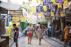 KRABI, THAÏLANDE - 1ER DÉCEMBRE 2015 : les touristes faisant des emplettes au Th Photo stock