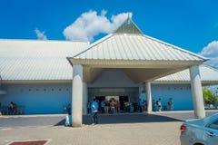 KRABI, THAÏLANDE - 2 FÉVRIER 2018 : Groupe de touristes entrant dans l'aéroport international de Krabi La province de Krabi est c Photo libre de droits