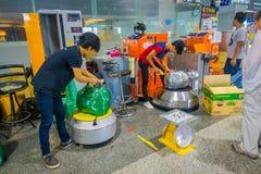 KRABI, THAÏLANDE - 19 FÉVRIER 2018 : Vue d'intérieur des bagages d'emballage de l'homme de touristes avec du plastique, comme sys Photos libres de droits