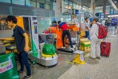 KRABI, THAÏLANDE - 19 FÉVRIER 2018 : Vue d'intérieur des bagages d'emballage d'homme de travailleur de touristes avec du plastiqu Photos stock