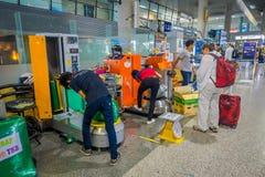 KRABI, THAÏLANDE - 19 FÉVRIER 2018 : Vue d'intérieur des bagages d'emballage d'homme de travailleur de touristes avec du plastiqu Photographie stock