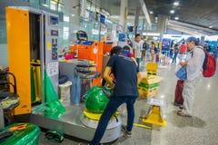 KRABI, THAÏLANDE - 19 FÉVRIER 2018 : Vue d'intérieur des bagages d'emballage d'homme de travailleur de touristes avec du plastiqu Photos libres de droits