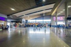 KRABI, THAÏLANDE - 19 FÉVRIER 2018 : Vue d'intérieur des personnes non identifiées marchant à l'intérieur de l'aéroport du Krabi Photos libres de droits