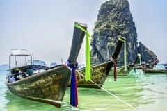 Krabi, Thaïlande, le 11 mars 2016 : Bateaux sur la plage dans Krabi, dessus Photos stock