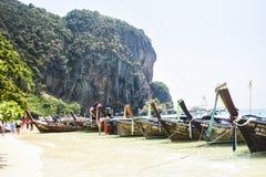 Krabi, Thaïlande, le 11 mars 2016 : Bateaux sur la plage dans Krabi, dessus Photos libres de droits