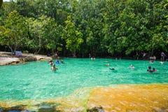 Krabi, Thaïlande - 15 octobre 2016 : Beaucoup de touristes apprécient le bain Image stock