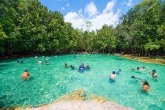 Krabi, Thaïlande - 15 octobre 2016 : Beaucoup de touristes apprécient le bain Images libres de droits
