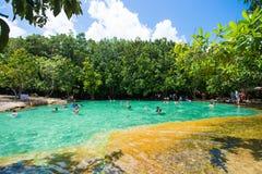 Krabi, Thaïlande - 15 octobre 2016 : Beaucoup de touristes apprécient le bain Photographie stock libre de droits