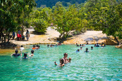 Krabi, Thaïlande - 15 octobre 2016 : Beaucoup de touristes apprécient le bain Images stock