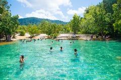 Krabi, Thaïlande - 15 octobre 2016 : Beaucoup de touristes apprécient le bain Image libre de droits