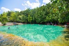 Krabi, Thaïlande - 15 octobre 2016 : Beaucoup de touristes apprécient le bain Photo stock