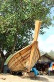 KRABI THAILAND —MARS 13: Shipwright som bygger ett fartyg vid trä Arkivfoton