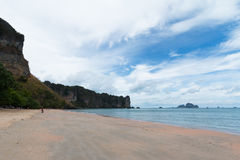KRABI, THAILAND - AO NANG setzen am 16. April 2014 auf den Strand Stockbild