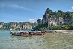 KRABI, THAILAND - 14. AUGUST: Kleines Boot auf dem Ozean 20 am 14. August Stockbild