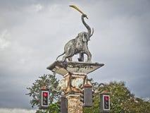 Krabi Thailand - December 18, 2018: Skulptur av en elefant, i stammen av en journal, på tvärgator med trafikljus royaltyfri foto