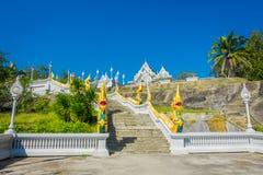 KRABI, THAILAND - 19. FEBRUAR 2018: Nagatreppenhaus an allgemeinem weißem Tempel Wat Kaew Korawararams, Kirche in THAILAND Lizenzfreie Stockfotografie