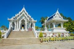 KRABI, THAILAND - 19. FEBRUAR 2018: Nagatreppenhaus an allgemeinem weißem Tempel Wat Kaew Korawararams, Kirche in THAILAND Lizenzfreie Stockfotos