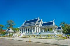 KRABI, THAILAND - 19. FEBRUAR 2018: Schöne Ansicht im Freien des weißen Tempels, Wat Kaew Korawaram Dieser Tempel ist a Stockfotografie