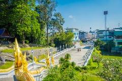 KRABI, THAILAND - FEBRUARI 19, 2018: Boven mening van de witte tempel aan stadslandschap bij Wat Kaew Korawararam-publiek stock afbeelding
