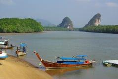 KRABI THAILAND - Januari 9, 2014: Sikt av invallningen Krabi Royaltyfri Foto