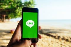 KRABI, THAILAND - 6. MÄRZ 2018: Nahaufnahme von iPhone Schirm mit LINIE CHAT-BOTE-APP an strandnahem Stockbilder