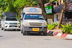KRABI, THAILAND - 12. Mai 2016: Allgemeines Taxi des touristischen Shuttles parkte auf der allgemeinen Fahrbahn entlang dem Stran Lizenzfreies Stockfoto